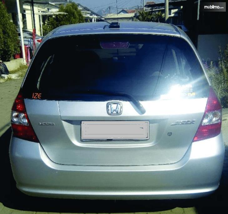 Gambar ini menunjukkan bagian belakang Honda Jazz i-DSI 2004