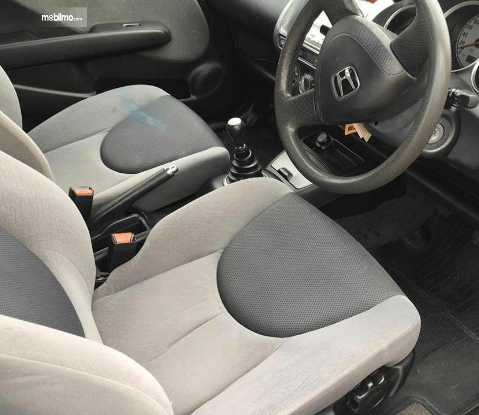 Gambar ini menunjukkan jok mobil Honda Jazz i-DSI 2004