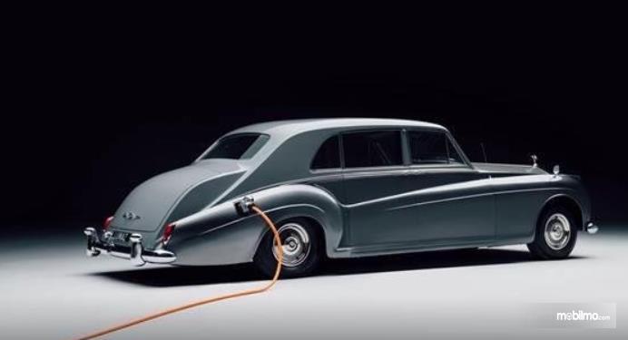 Gambar ini menunjukkan bagian samping  Mobil Rolls-Royce Phantom Electric