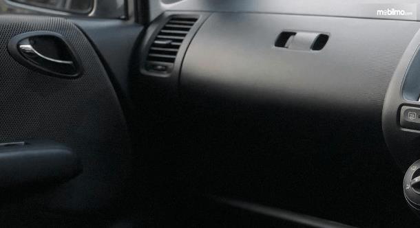 Gambar ini menunjukkan bagian kompartemen mobil Honda Jazz i-DSI 2004