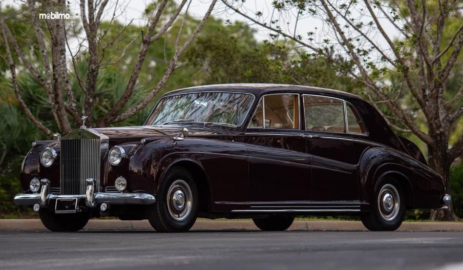 gambar ini menunjukkan mobil Rolls-Royce Phantom V 1961 tampak samping kiri