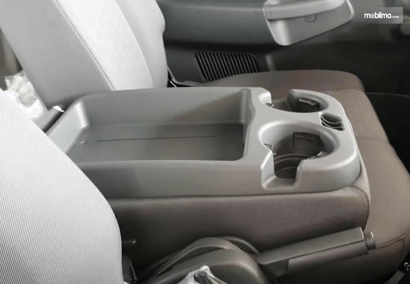 Gambar ini menunjukkan kompartemen dan jok mobil KIA Big Up 2020