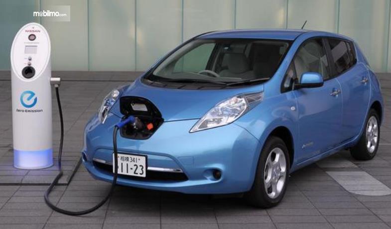 Gambar ini menunjukkan mobil listrik yang sedang diisi dayanya