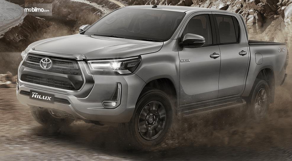Gambar ini menunjukkan bagian depan dan samping kiri Toyota Hilux Terbaru