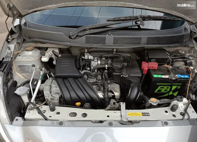 Gambar ini menunjukkan mesin mobil Datsun GO+ Panca 2014