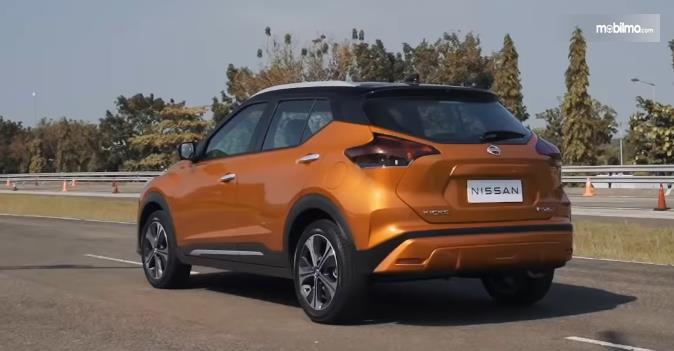 Gambar ini menunjukkan sisi belakang mobil listrik Nissan Kicks ePower