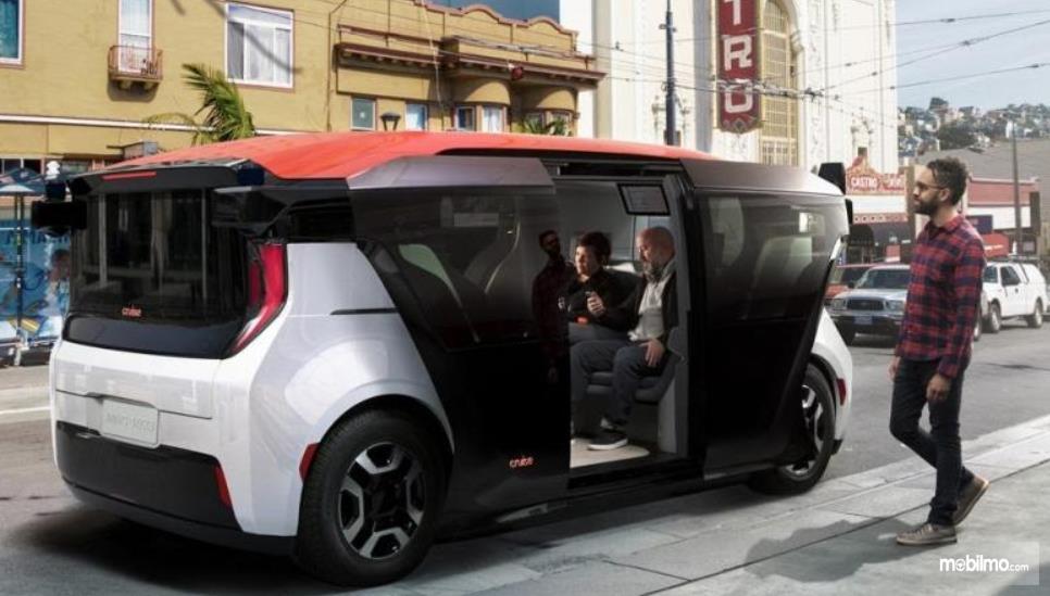 Gambar ini menunjukkan beberapa orang berada di dalam dan diluar kendaraan otonom