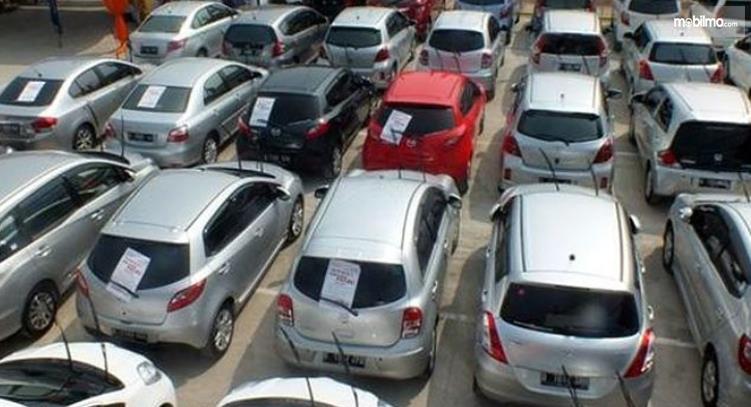 Gambar ini menunjukkan banyak mobil milik Pemkot Cimahi yang dilelang