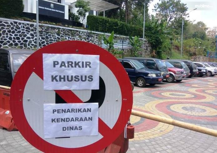 Gambar ini menunjukkan tempat parkir Khusus penarikan kendaraan Dinas