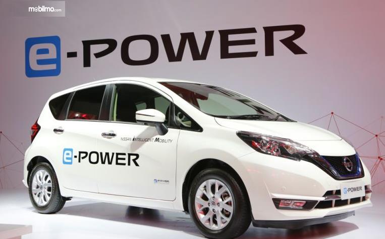 Gambar ini menunjukkan mobil Nissan e-Power tampak bagian samping