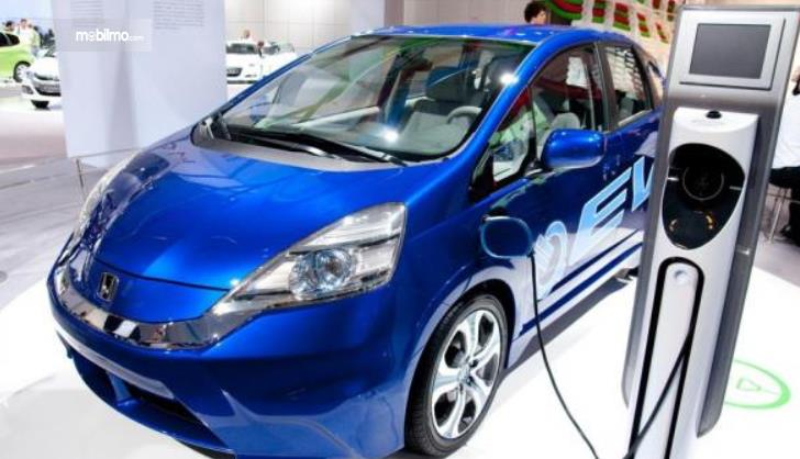 Gambar ini menunjukkan mobil listrik Honda sedang diisi daya