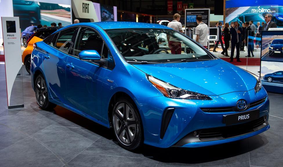 Gambar ini menunjukkan mobil Toyota Prius Plug in Hybrid warna biru