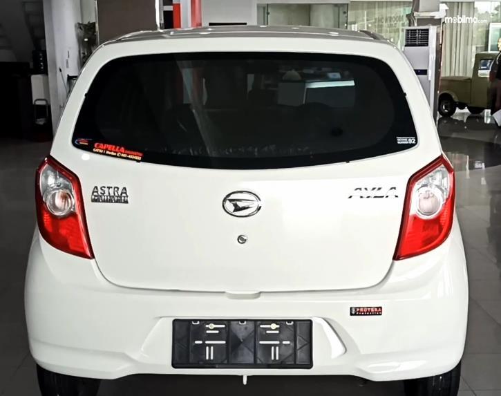 Gambar ini menunjukkan bagian belakang Daihatsu Ayla 1.0 D MT 2020
