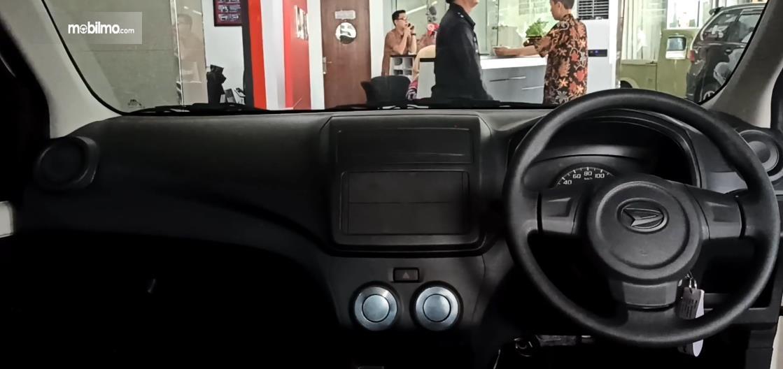 Gambar ini menunjukkan dashboard dan kemudi Daihatsu Ayla 1.0 D MT 2020