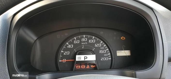 Gambar ini menunjukkan panel instrumen Daihatsu Ayla 1.0 D MT 2020