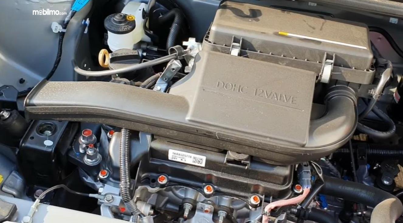 Gambar ini menunjukkan mesin mobil Daihatsu Ayla 1.0 D MT 2020
