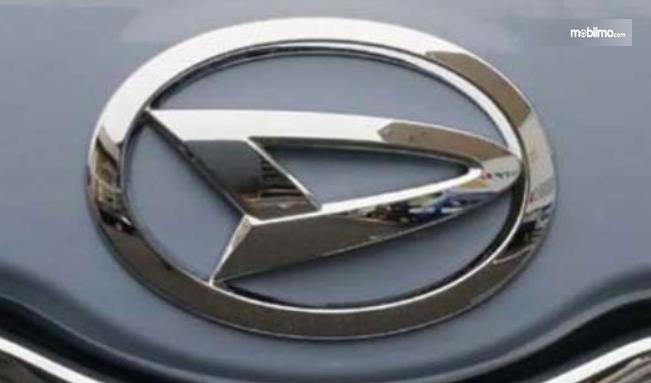 Gambar ini menunjukkan logo Daihatsu dengan menggunakan warna krom