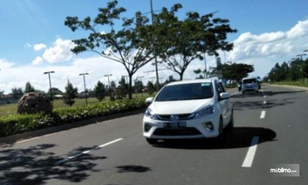 Gambar ini menunjukkan mobil Daihatsu putih tampak depan