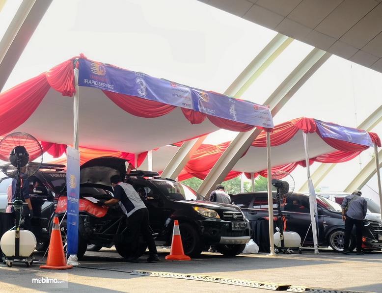 Gambar ini menunjukkan rapid servis mobil Daihatsu