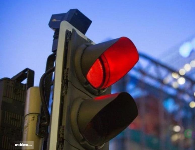 Gambar ini menunjukkan lampu lalu lintas berwarna merah