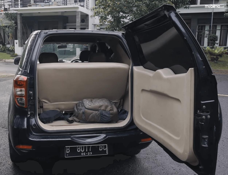 Gambar ini menunjukkan bagasi mobil Daihatsu Terios TS Extra MT 2008