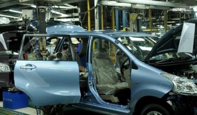 Gambar ini menunjukkan mobil Daihatsu yang sedang dibuat