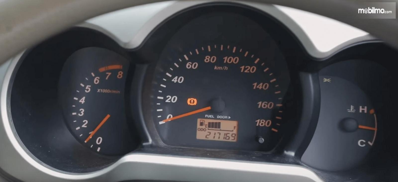 Gambar ini menunjukkan panel instrumen Daihatsu Terios TS Extra MT 2008