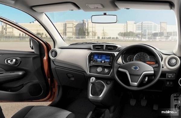 Gambar ini menunjukkan dashbiard dan kemudi mobil Datsun GO+ Panca CVT 2019