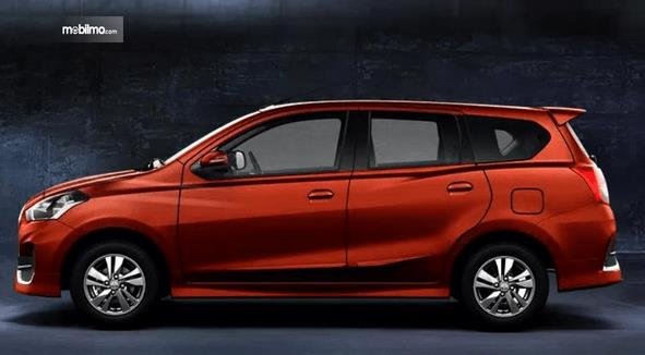 Gambar ini menunjukkan bagian samping mobil Datsun GO+ Panca CVT 2019