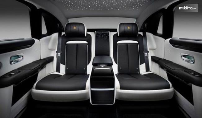 Gambar ini menunjukkan 2 jok pada baris belakang mobil Rolls-Royce Ghost Extended