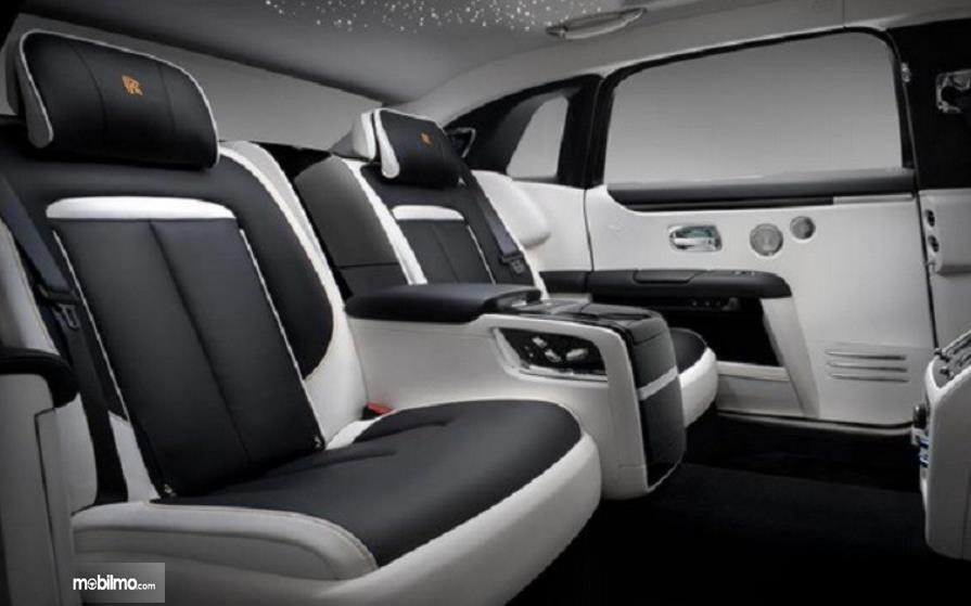 Gambar ini menunjukkan jok mobil Rolls-Royce Ghost Extended