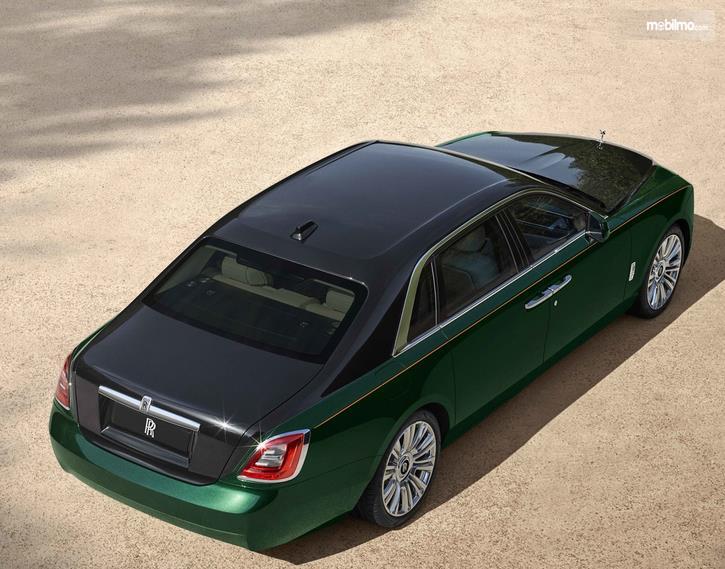 Gambar ini menunjukkan mobil Rolls-Royce Ghost Extended tampak atas dan belakang