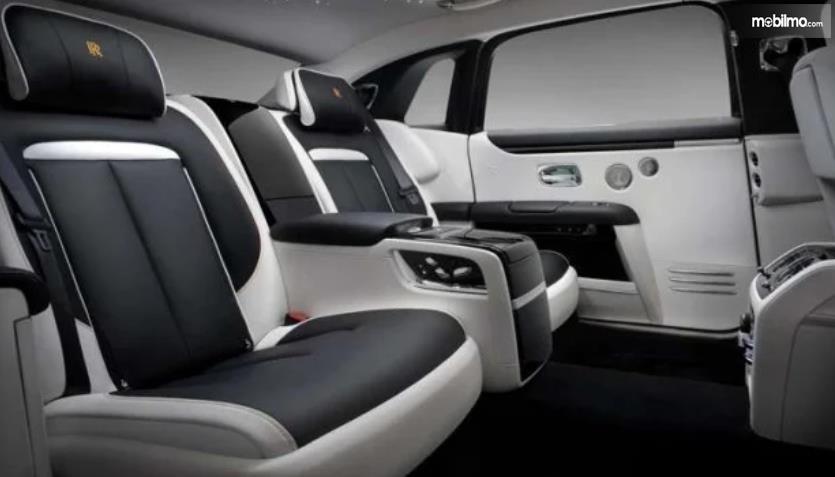 Gambar ini menunjukkan kabin luas mobil Rolls-Royce Ghost Extended