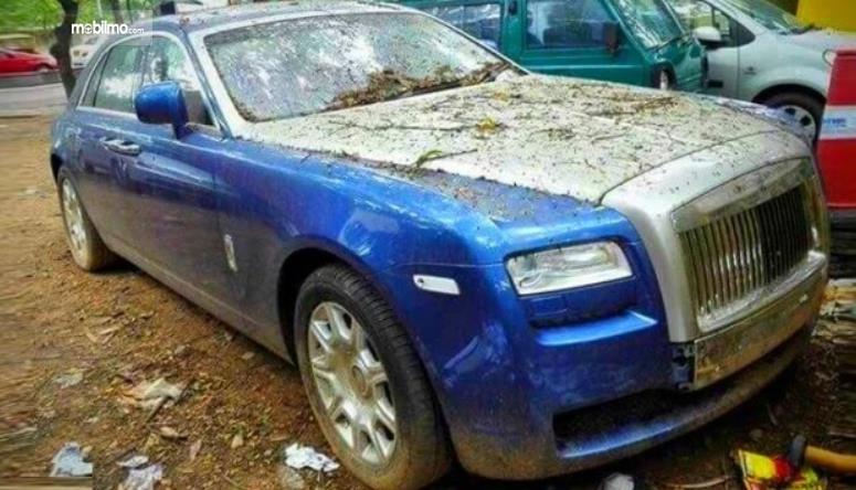 Gambar ini menunjukkan mobil Rolls-Royce Ghost kondisi kotor