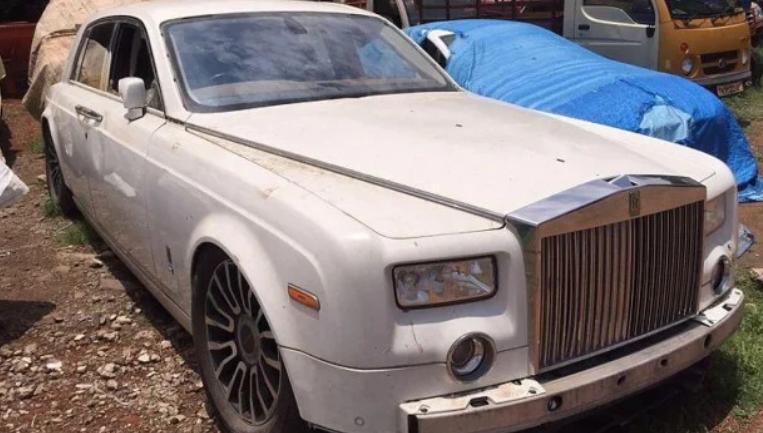 Gambar ini menunjukkan mobil Rolls-Royce Phantom tampak depan