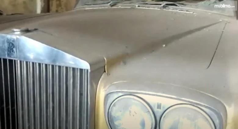 Gambar ini menunjukkan mobil Rolls-Royce Silver Shadow