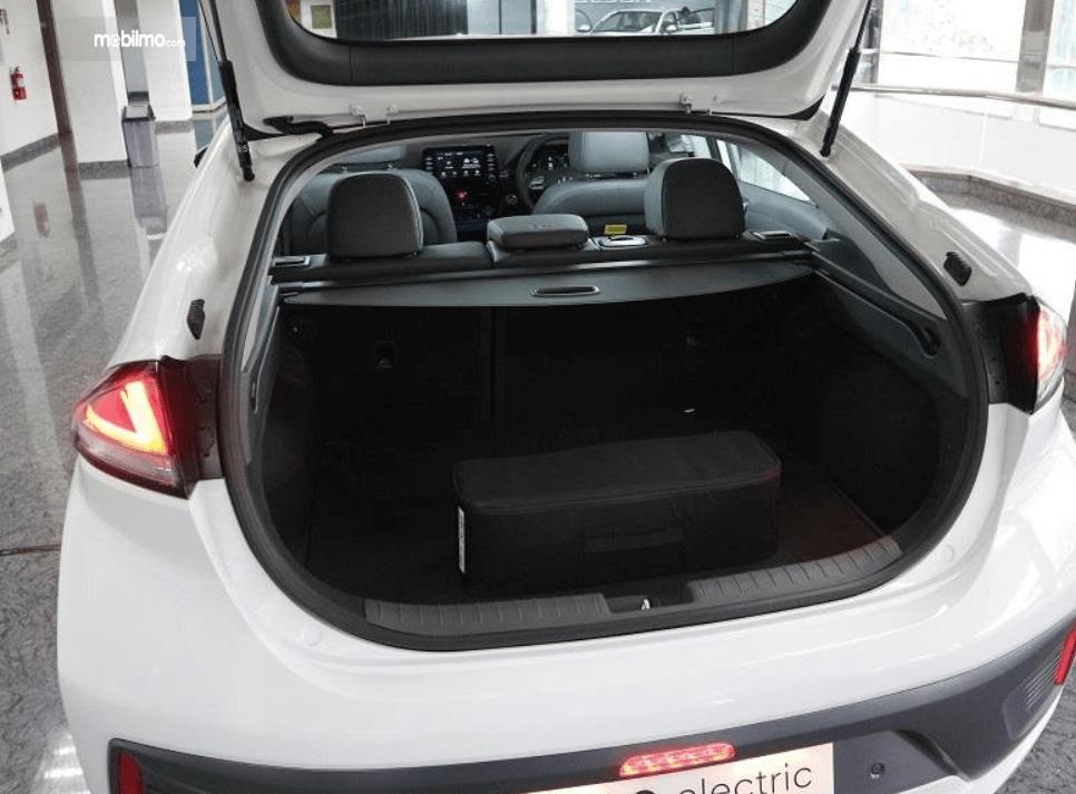 Gambar ini menunjukkan bagasi mobil Hyundai Ioniq Electric 2020