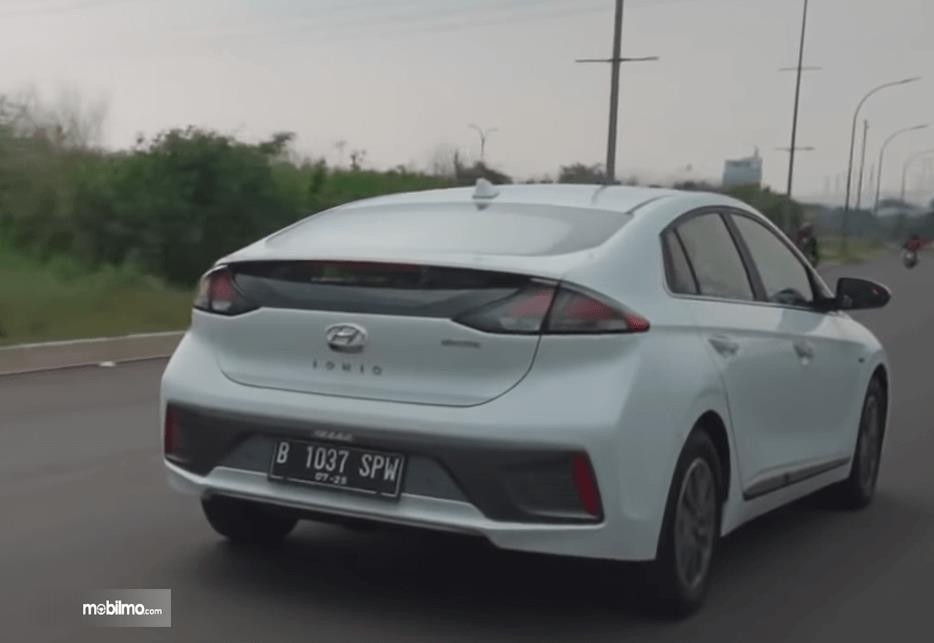 Gambar ini menunjukkan bagian belakang mobil Hyundai Ioniq Electric 2020