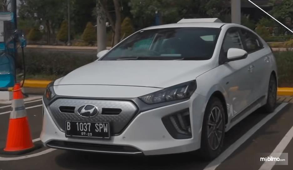 Gambar ini menunjukkan mobil Hyundai Ioniq Electric 2020 tampak depan