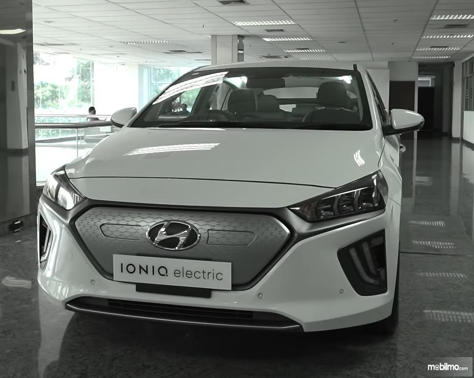 Gambar ini menunjukkan mobil Hyundai Ioniq tampak bagian depan