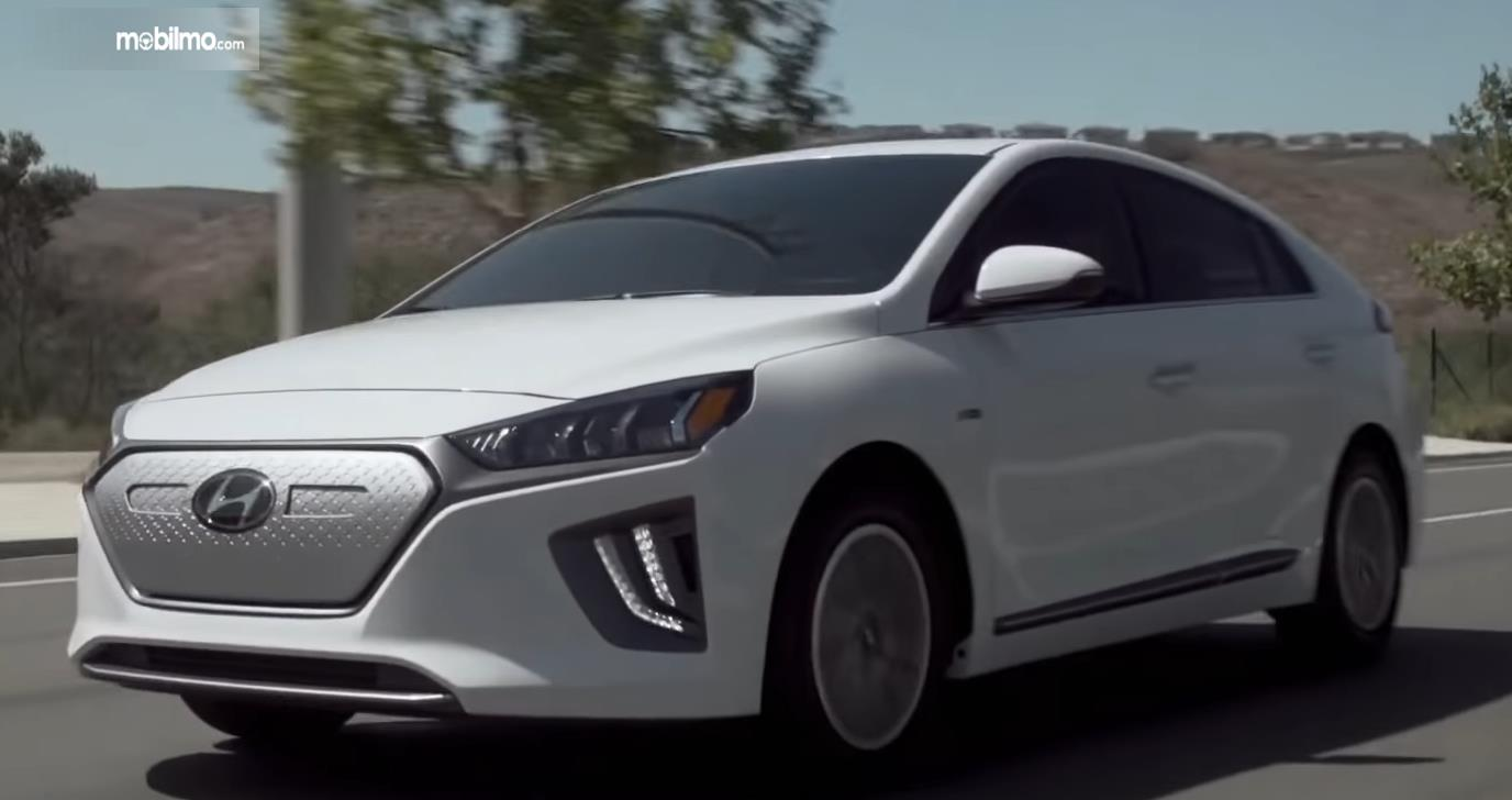 Gambar ini menunjukkan mobil Hyundai Ioniq melaju di jalan