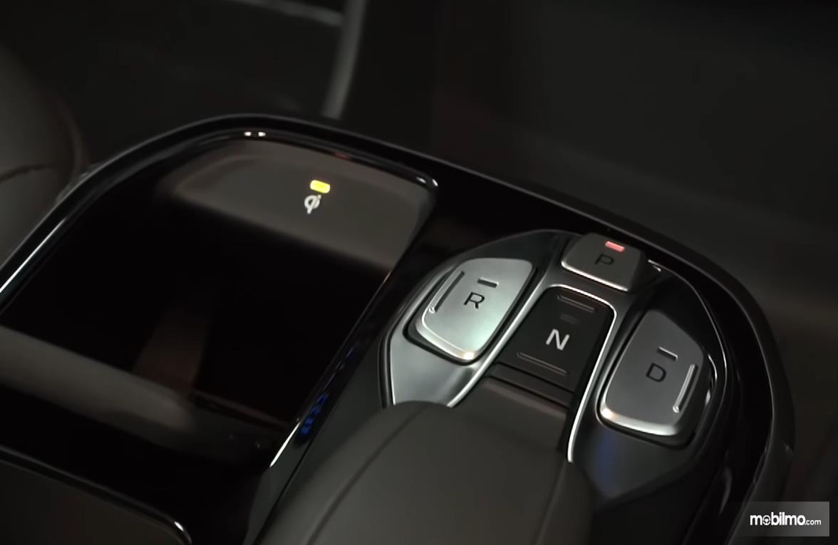 Gambar ini menunjukkan tombol pengganti tuas transmisi pada Hyundai Ioniq