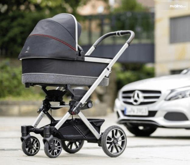 Gambar ini menunjukkan kereta dorong premium bayi mercedes