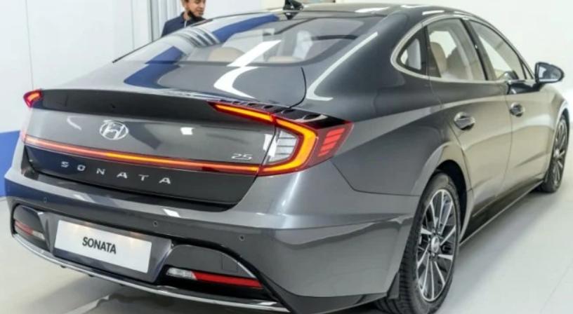 Gambar ini menunjukkan Hyundai Sonata Versi Terbaru tampak belakang