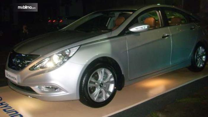 Gambar ini menunjukkan mobil Hyundai Sonata 2011 yang dipesan Polri