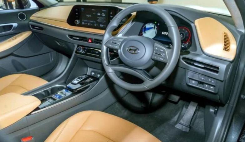 Gambar ini menunjukkan interior Hyundai Sonata versi Terbaru