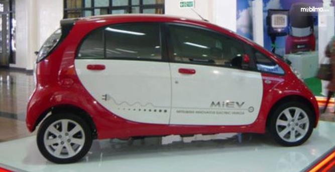 Gambar ini menunjukkan bagian samping mobil Mobil Listrik i-MiEV All Electric