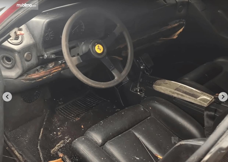 Gambar ini menunjukkan interior mobil  Ferrari Testarossa dalam kondisi berantakan
