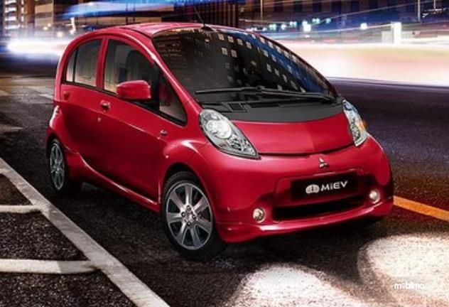 Gambar ini menunjukkan mobil Mobil Listrik i-MiEV merah tampak depan
