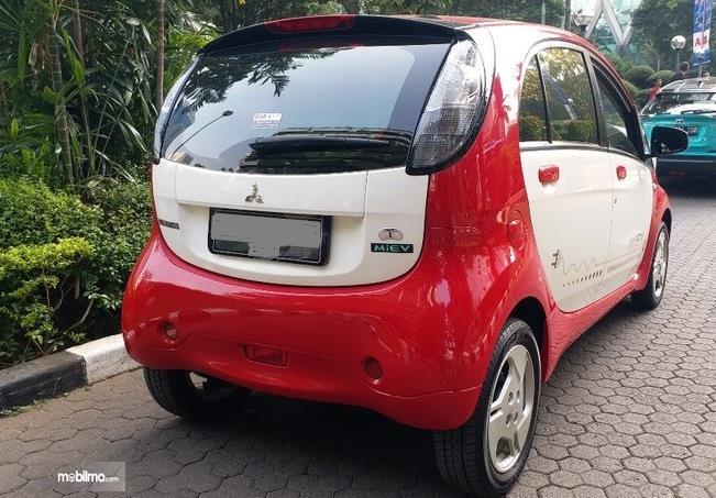Gambar ini menunjukkan sisi belakang Mobil Listrik i-MiEV All Electric